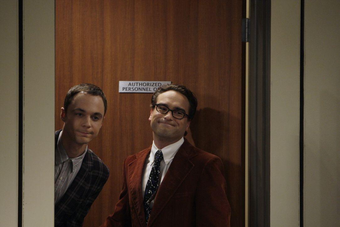 Ein Vortrag von Leonard (Johnny Galecki, r.) und Sheldon (Jim Parsons, l.) vor Studenten führt dazu, dass sich die Studentin Ramona mit Sheldon tre... - Bildquelle: Warner Bros. Television