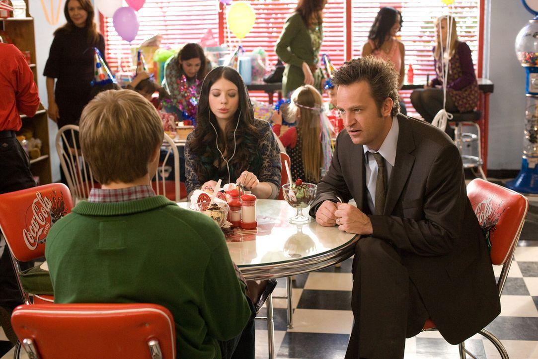 Für seine Kinder (Sterling Knight, l., Michelle Trachtenberg, M.) ist Mike (Zac Efron, r.) ein Loser, von dem sie sich nichts sagen lassen wollen.... - Bildquelle: 2008   Warner Bros.