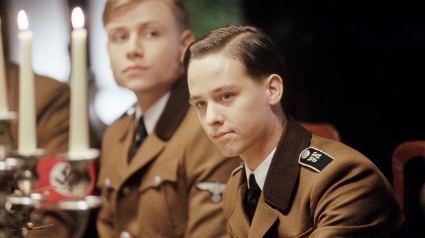 Bereist nach kurzer Zeit werden Friedrich (Max Riemelt, l.) und der Sohn des...