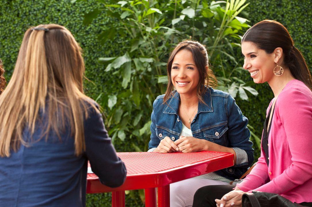 Noch ahnen Rosie (Dania Ramirez, M.) und Carmen (Roselyn Sanchez, r.) nicht, wer Marisol (Ana Ortiz, l.) wirklich ist ... - Bildquelle: ABC Studios