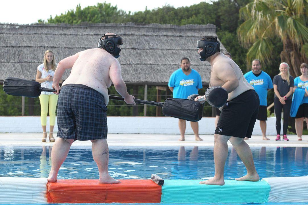 Wer fliegt als erster ins Wasser? Jan (l.), Team Orange, oder Unmut (r.), Team Türkis? - Bildquelle: Enrique Cano SAT.1