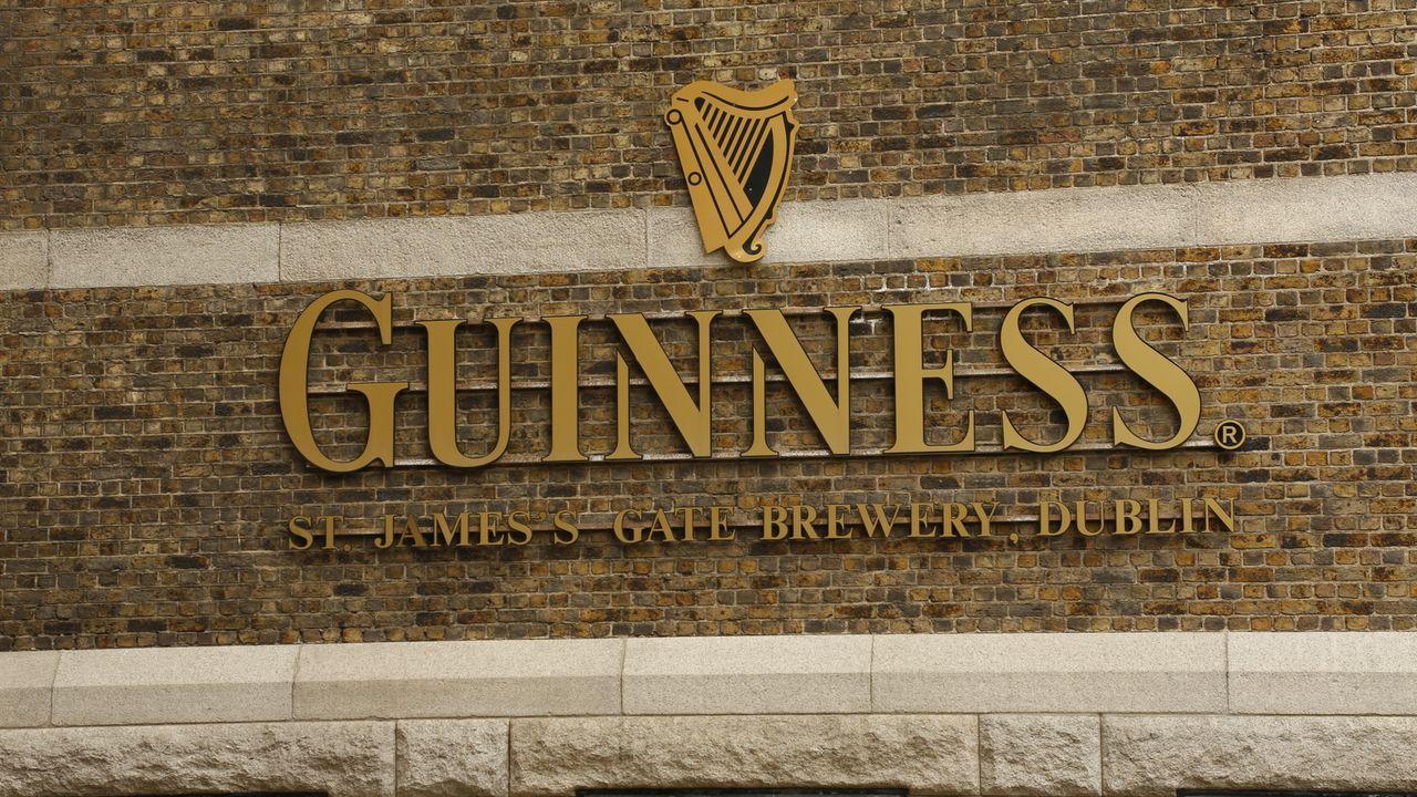 In Dublin genießt Andrew Zimmern nationale Köstlichkeiten wie geräucherten Lachs, irisches Brot, Irish Stew, Kartoffelpfannkuchen und natürlich Guin... - Bildquelle: 2015, The Travel Channel, L.L.C. All Rights Reserved
