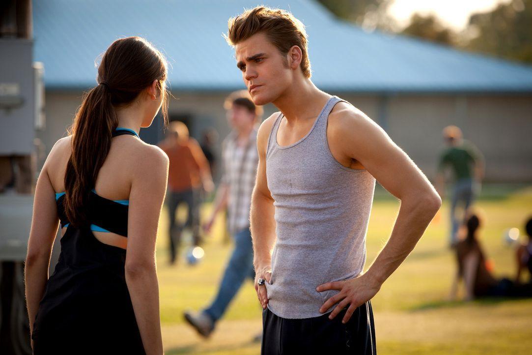 Stefan (Paul Wesley, r.) ist noch immer nicht gut auf Elena (Nina Dobrev, l.) zu sprechen und das lässt er sie deutlich spüren ... - Bildquelle: Warner Bros. Television