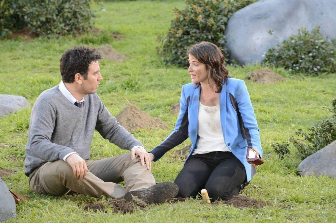 Gemeinsam versuchen sie, das Medaillon zu finden: Robin (Cobie Smulders, r.) und Ted (Josh Radnor, l.) ... - Bildquelle: 2013 Twentieth Century Fox Film Corporation. All rights reserved.