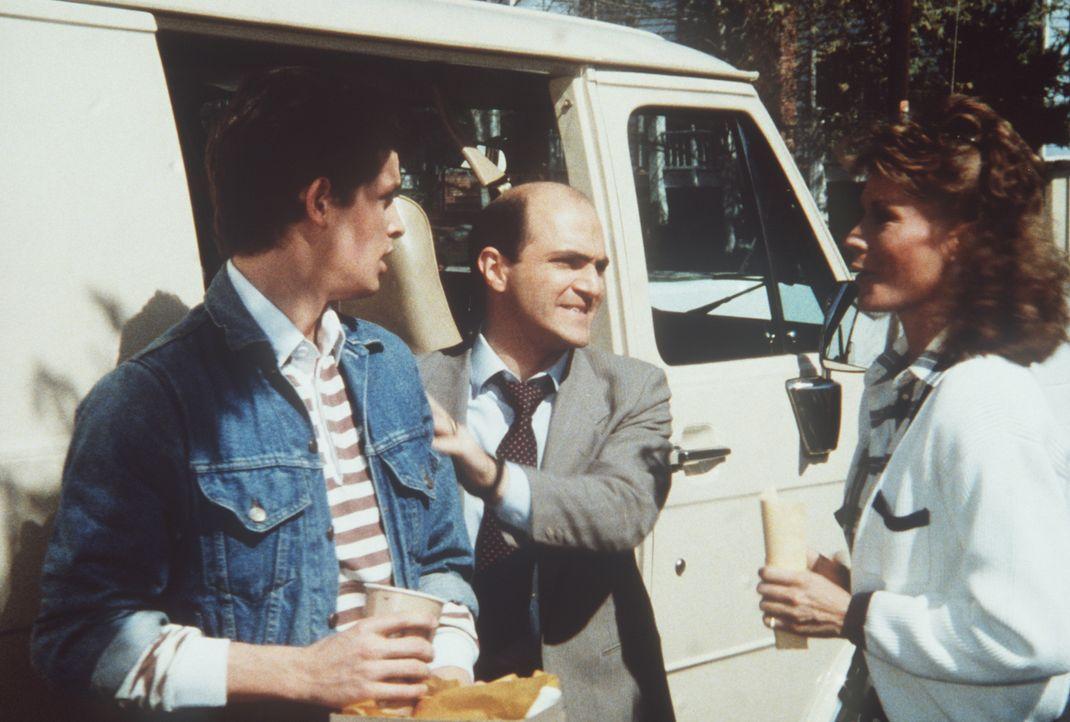 Soriakhof (Tony Abatemarco, M.) will Terry (Larry Cox, l.) entführen, der nicht ahnt, dass er Thronfolger eines Inselstaates ist. Amanda (Kate Jacks...