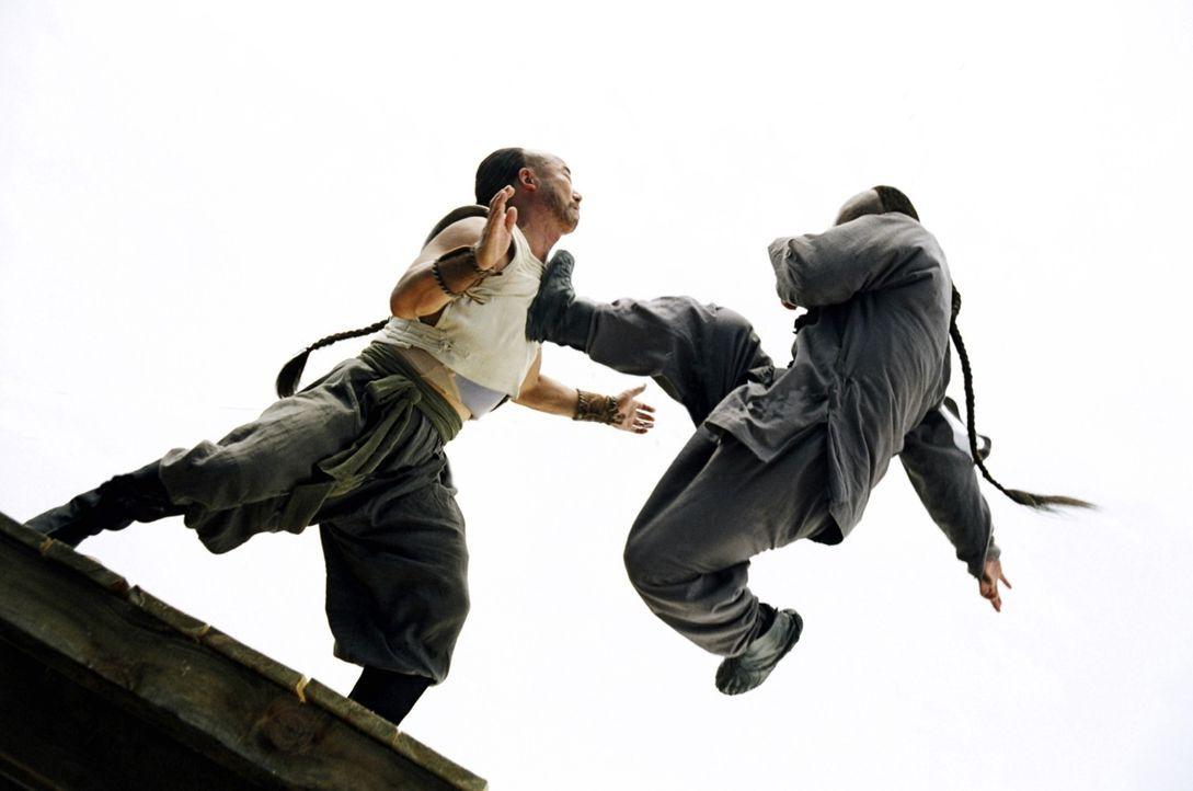 Sein Vater, verbietet Huo Yuanjia (Jet Li, l.) in seine Fußstapfen zu treten. Huo setzt sich jedoch entschlossen durch und bringt sich selbst das Kä... - Bildquelle: Constantin Film Verleih GmbH