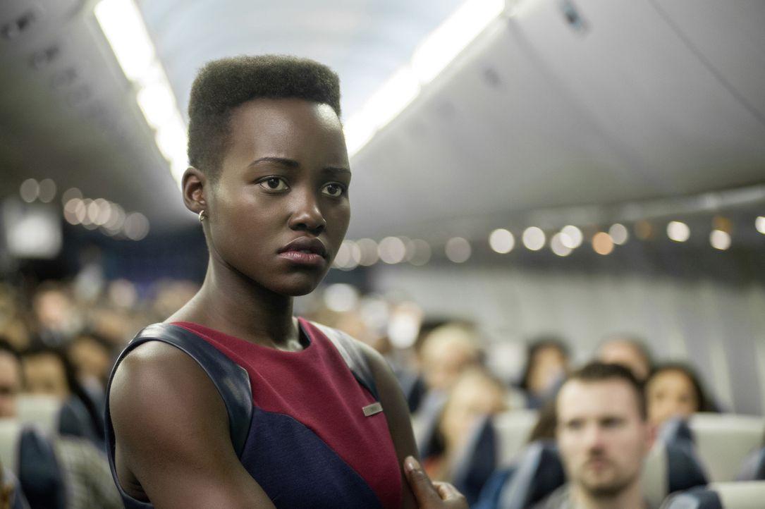 Behält einen kühlen Kopf: Flugbegleiterin Gwen (Lupita Nyong'o) ... - Bildquelle: Myles Aronowitz 2014 TF1 FILMS PRODUCTION S.A.S STUDIOCANAL S.A. ALL RIGHTS RESERVED.