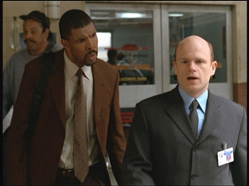 Dr. Romano (Paul McCrane, r.) musste wegen Dr. Benton (Eriq LaSalle, l.) eine hohe Strafzahlung leisten. Er rächt sich an Dr. Benton, indem er ihn f... - Bildquelle: TM+  2000 WARNER BROS.