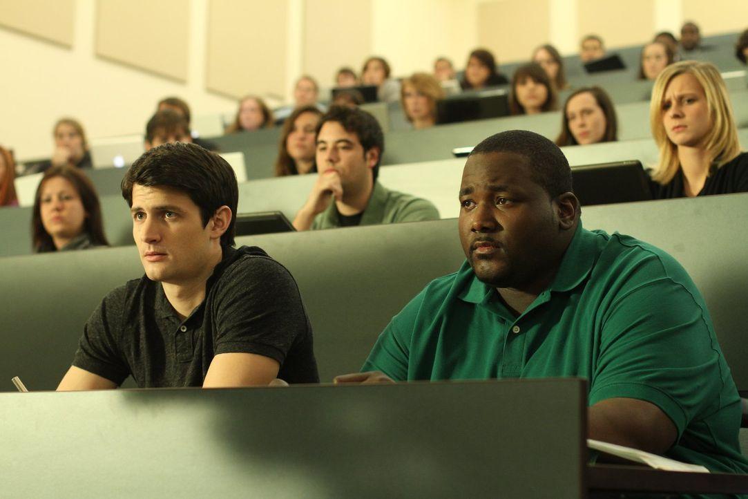 Lernen auch die Schattenseiten eines Studiums kennen: Nathan (James Lafferty, vorne l.) und Tommy (Quinton Aaron, vorne r.) ... - Bildquelle: Warner Bros. Pictures