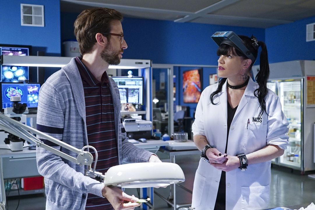 Als Sebastian (Rob Kerkovich, l.) nach D.C. reist, um das dortige NCIS-Team zu unterstützen, steht ihm Abby (Pauley Perrette, r.) bei der Spurensich... - Bildquelle: 2015 CBS Broadcasting, Inc. All Rights Reserved