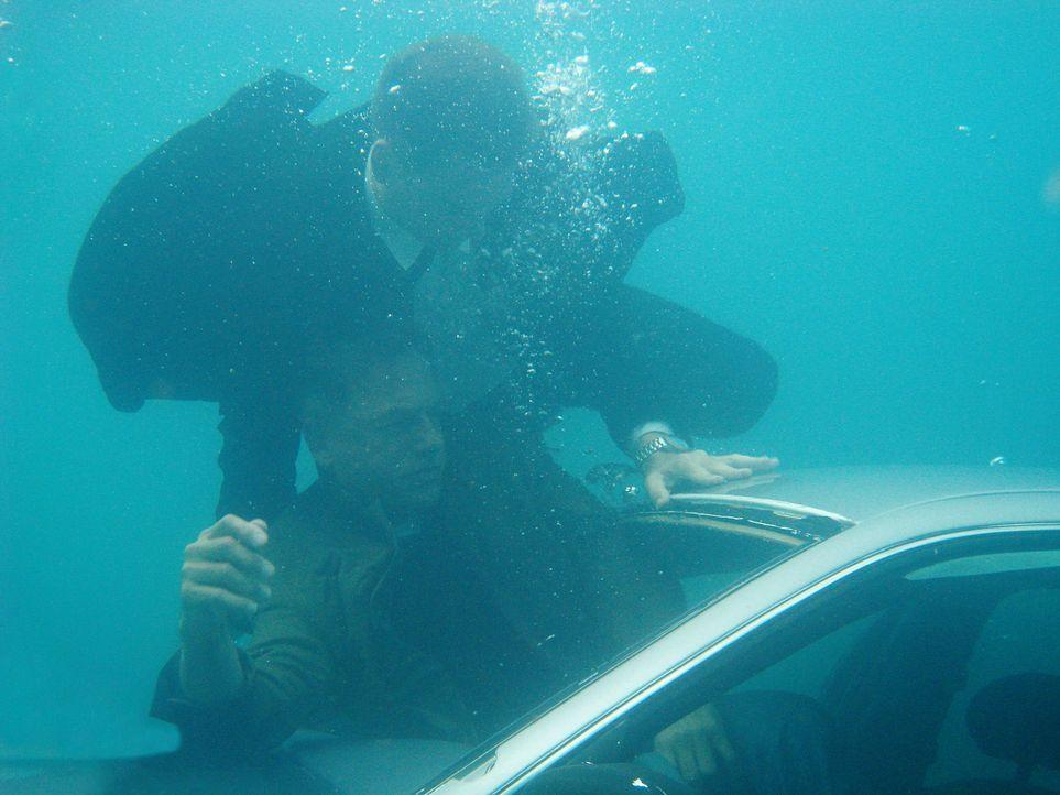 Tony (Michael Weatherly, l.) versucht Gibbs (Mark Harmon, r.) aus dem sinkenden Wagen zu retten. Ein Wettkauf mit der Zeit beginnt ... - Bildquelle: CBS Television