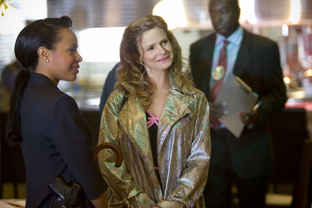 Als die Managerin eines trendigen Fünf-Sterne-Restaurants erstochen aufgefunden wird, wird auch Brendas (Kyra Sedgwick, r.) alter Bekannter Dennis D... - Bildquelle: Warner Brothers