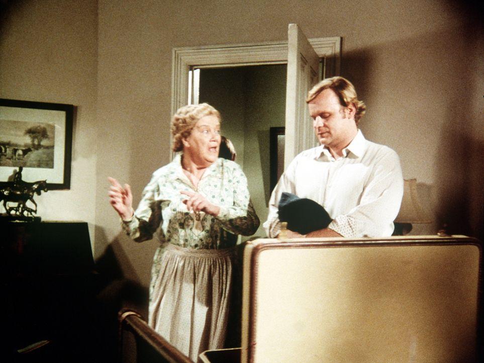 Der Schriftsteller A.J Covington (George Dzundza, r.) ist mit einem Filmteam nach Waltons Mountain gekommen und hat sich bei Mrs. Brimmer (Nora Marl... - Bildquelle: WARNER BROS. INTERNATIONAL TELEVISION