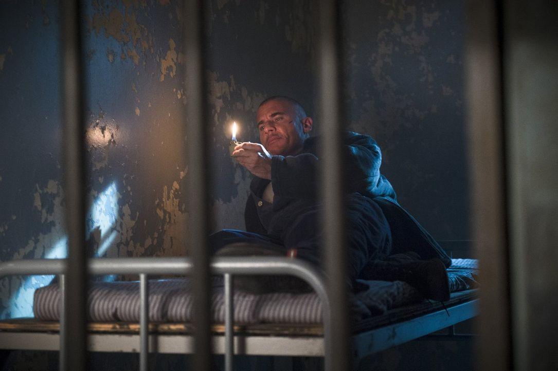 Während Mick (Dominic Purcell) in einem angeblich Aus- und Einbruch sicherem Gebäude gefangen gehalten wird, schickt Rip Sara auf eine geheime Missi... - Bildquelle: 2015 Warner Bros.