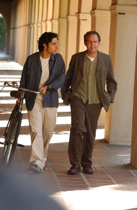 Um gemeinsam mit seinem Bruder einen Fall des FBIs zu lösen, holt sich Charlie (David Krumholtz, l.) Rat bei seinem Mentor Dr. Larry Fleinhardt (Pe... - Bildquelle: Paramount Network Television