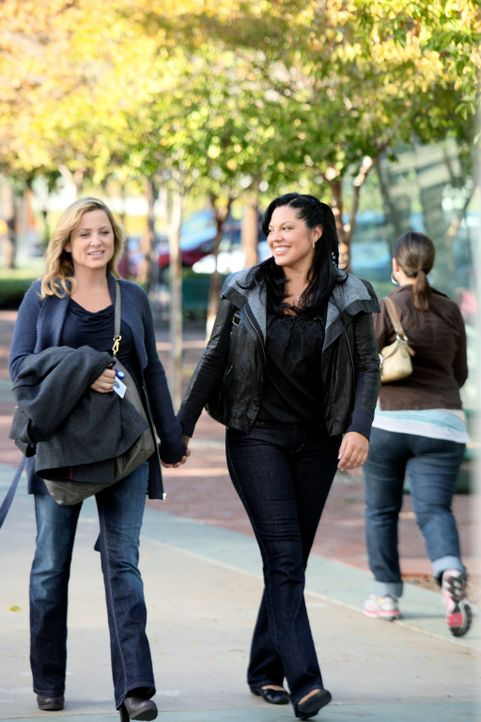 Entscheiden sich, dem Seattle Grace Mercy West den Rücken zu kehren und nach Afrika zu gehen: Callie (Sara Ramirez, r.) und Arizona (Jessica Capshaw... - Bildquelle: ABC Studios