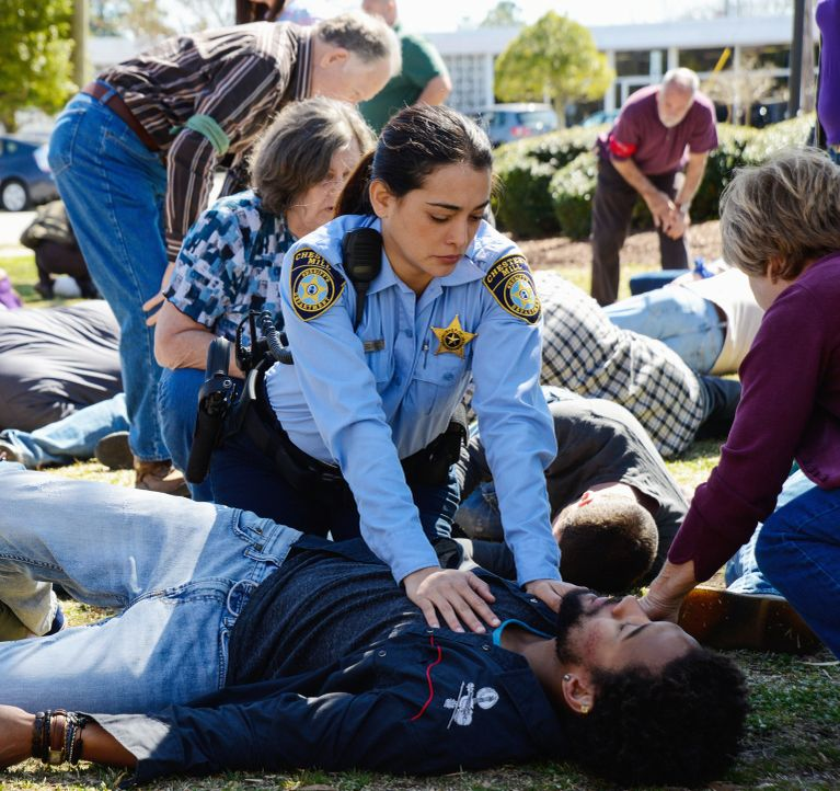 Die Kuppel fordert immer mehr Opfer: Linda (Natalie Martinez, l.) und Phil (Nicholas Strong, r.) ... - Bildquelle: Brownie Harris 2014 CBS Broadcasting Inc. All Rights Reserved.