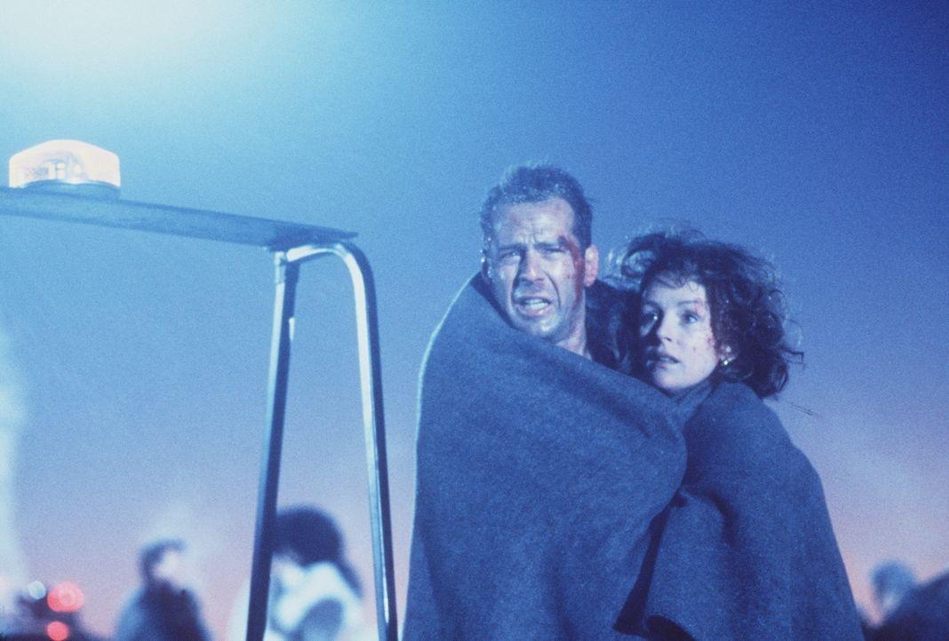 Ein Weihnachtsfeuerwerk der anderen Art: McClane (Bruce Willis, l.) und seine Frau Holly (Bonnie Bedelia, r.) können sich nun endlich dem Weihnachts... - Bildquelle: 1990 Twentieth Century Fox Film Corporation.  All rights reserved.