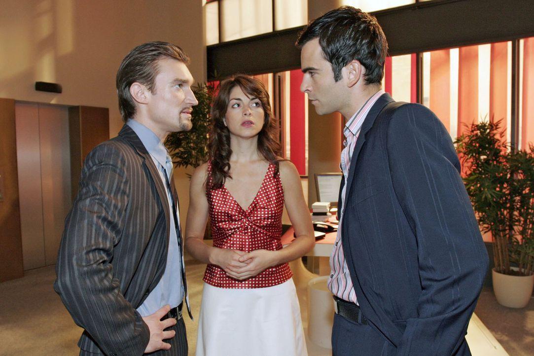 Mariella (Bianca Hein, M.) muss mitansehen wie Richard (Karim Köster, l.) Davids (Mathis Künzler, r.) Entschuldigung erbost ablehnt. - Bildquelle: Noreen Flynn Sat.1