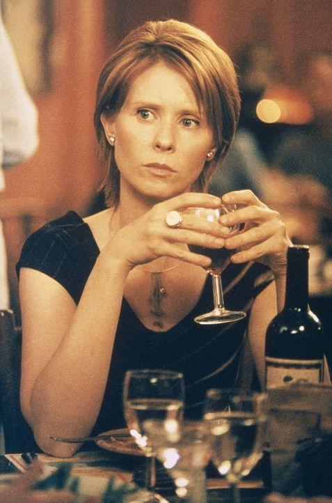 Miranda (Cynthia Nixon) bekommt von ihrem Ex-Freund Steve eine Einladung zur Eröffnung seiner eigenen Bar. Gemeinsam mit ihren Freundinnen beschlie... - Bildquelle: Paramount Pictures