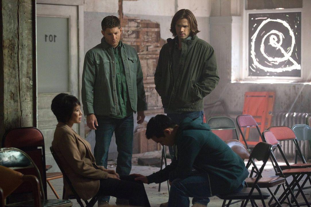 Kevin (Osric Chau, vorne r.) hatte Sam (Jared Padalecki, hinten r.) und Dean (Jensen Ackles hinten l.) bereits gewarnt, dass seine Mutter Linda (Lau... - Bildquelle: Warner Bros. Television
