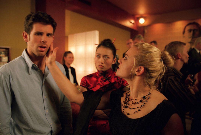 Auf dem Cocktailempfang von Tommis (Steffen Groth, l.) Vater wird Sylvie (Stephanie Gossger, r.) plötzlich klar, dass ihr Liebster sie belogen hat.... - Bildquelle: Wolfgang Jahnke Sat.1