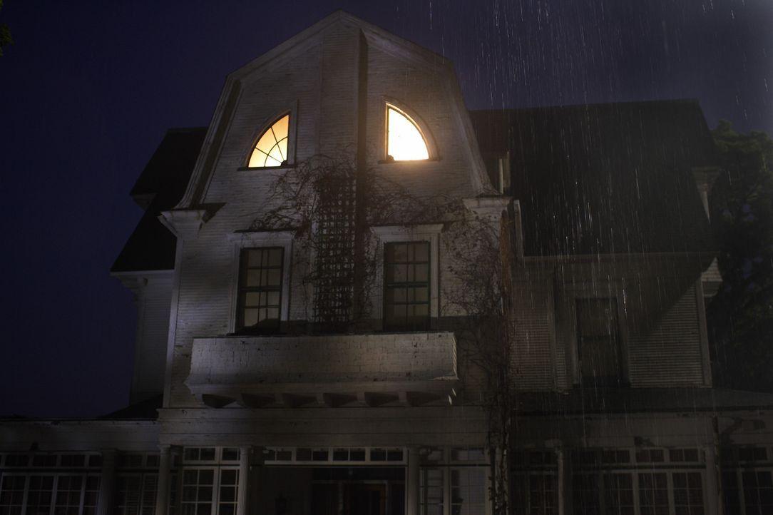 Im November 1974 erhält die Polizei einen Anruf, der sie zum Haus der Defeos in Amityville führte: Eine ganze Familie wurde in ihren Betten abgesc... - Bildquelle: Metro-Goldwyn-Mayer Studios Inc. All Rights Reserved.