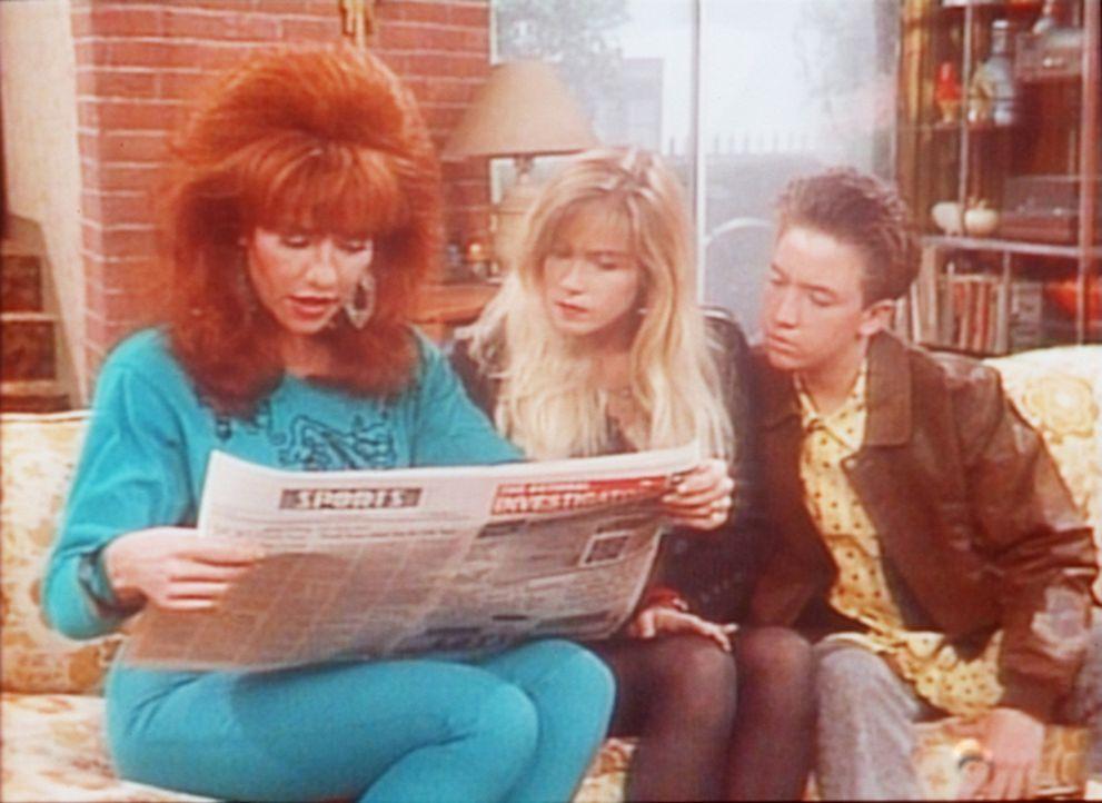 Peggy (Katey Sagal, l.), Kelly (Christina Applegate, M.) und Bud (David Faustino, r.) lesen von dem Lottogewinn. - Bildquelle: Sony Pictures Television International. All Rights Reserved.