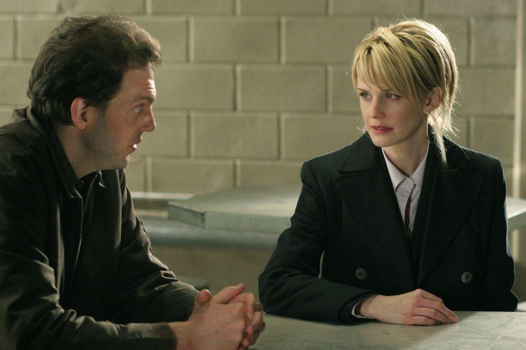 Kommissarin Lilly Rush (Kathryn Morris, r.) erhält Liebesbriefe aus dem Gefängnis von James Hogan (Silas Weir Mitchell, l.). In einem Brief erzäh... - Bildquelle: Warner Bros. Television