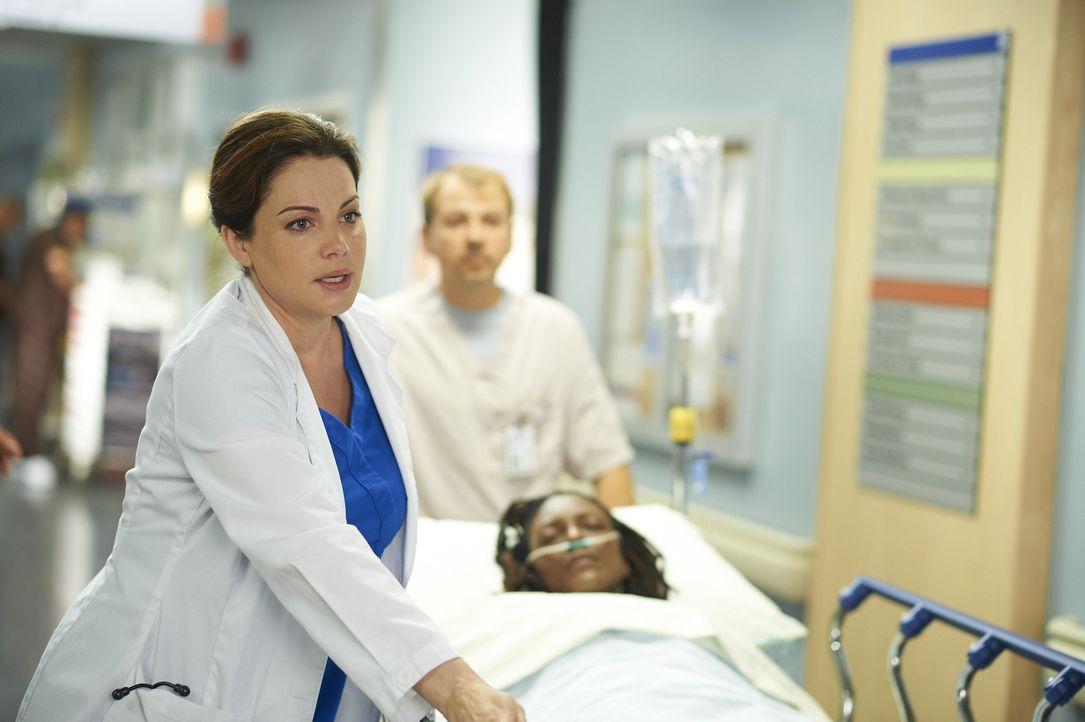 Noch ahnt Alex (Erica Durance) nicht, dass die geplante Herztransplantation bei ihrer Patientin ganz anders verläuft als erhofft ... - Bildquelle: Ken Woroner 2014 Hope Zee Three Inc.