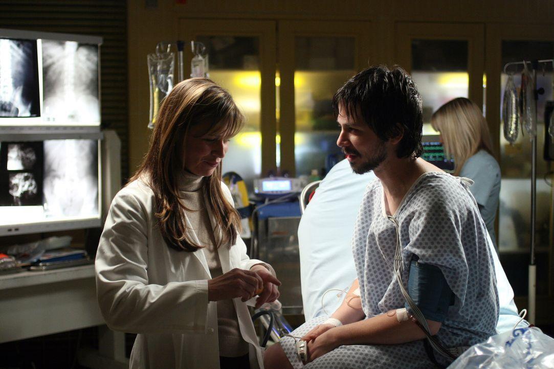 Nach einiger Zeit gibt  Simon (Freddy Rodriguez, r.) zu, dass er die Diagnose schon vor längerer Zeit erhalten sie aber irgendwie verdrängt hatte,... - Bildquelle: Warner Bros. Television