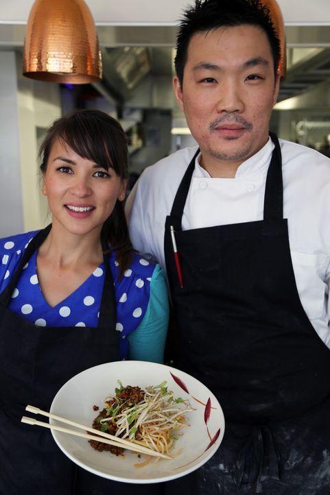 Zusammen mit Andrew (r.) zaubert Rachel (l.) eine ganz besondere Mahlzeit ... - Bildquelle: Richard Hill BBC 2013