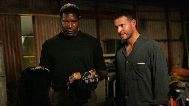 Jonas (Dennis Haysbert, M.) und Bob (Scott Foley, r.) sind im Einsatz im Gren...