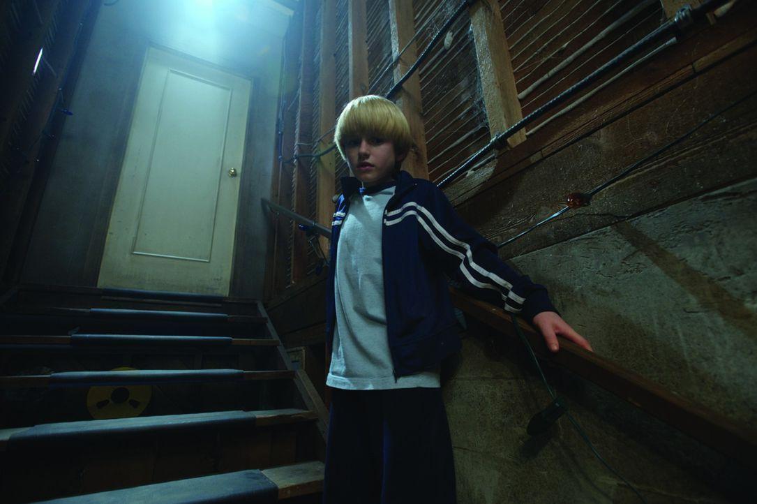 Lucas (Nathan Gamble) und sein älterer Bruder Dane entdecken eine seltsame Falltür im Keller ihres neuen Hauses. Sie öffnen sie natürlich! Ein b... - Bildquelle: 2009 Ed Araquel/Bold FIlms
