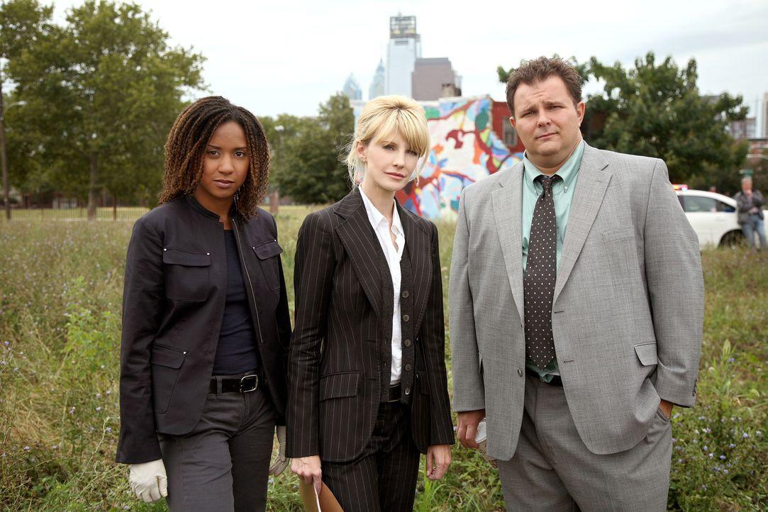 Die Ermittlungen führen Lilly Rush (Kathryn Morris, M.),  Kat Miller (Tracie Thoms, l.) und Nick Vera (Jeremy Ratchford, r.) ins Jahr 1998 zurück ..... - Bildquelle: Warner Bros. Television