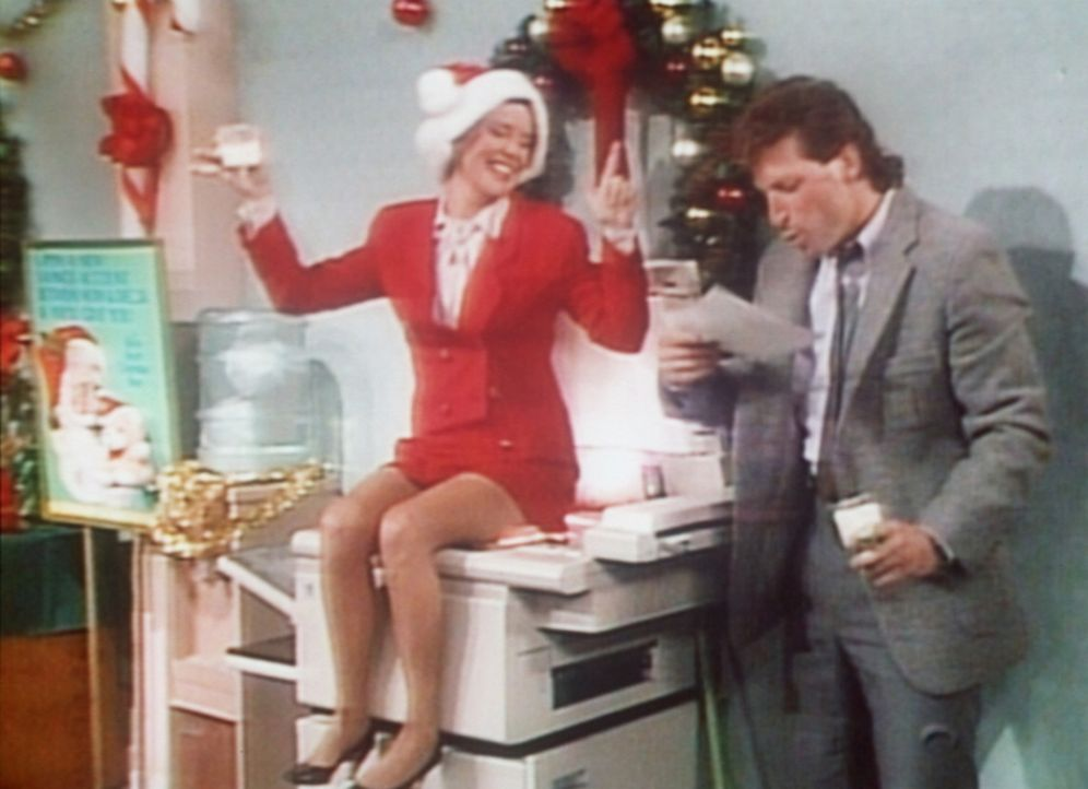 Marcy (Amanda Bearse, l.) ist auf der Weihnachtsfeier ihrer Firma so betrunken, dass sie ihr Hinterteil vom Fotokopierer ablichten lässt. - Bildquelle: Columbia Pictures