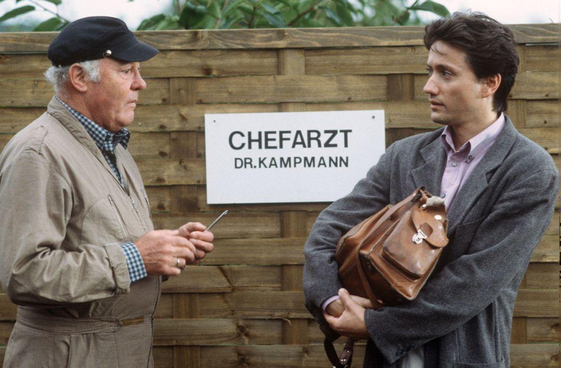 Kaum angekommen, irritiert Dr. Markus Kampmann (Ulrich Reinthaller, r.) auch schon Hausmeister Schorsch (Joost Siedhoff, l.), der extra ein neues Sc... - Bildquelle: Janis Jatagandzidis Sat.1