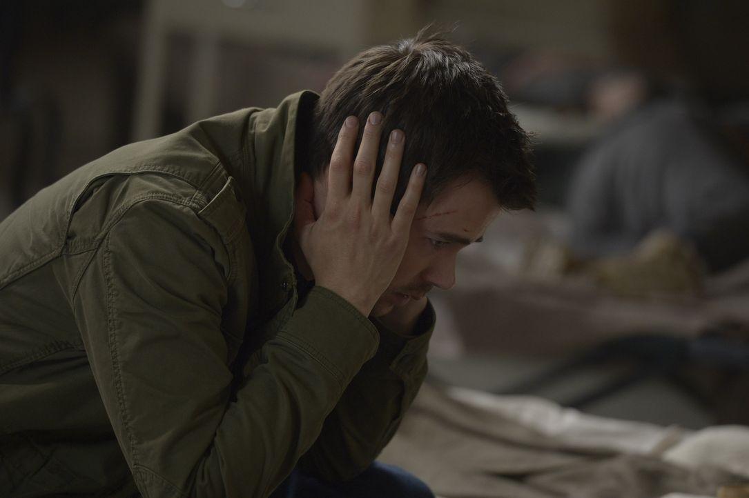 Sarah offenbart Kyle (Matt Long) die Wahrheit über sich, aber wird er ihr glauben? - Bildquelle: Philippe Bosse 2014 Syfy Media, LLC