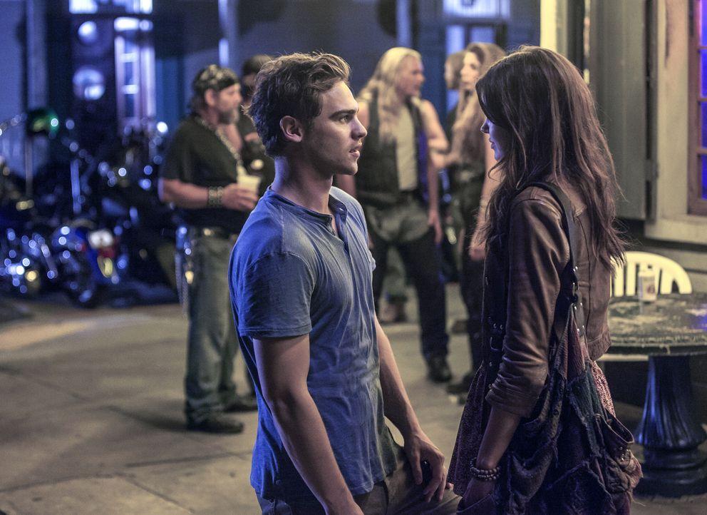 Während Emery (Aimeé Teegarden, r.) Grayson (Grey Damon, l.) dabei helfen möchte mit einer unangenehmen Situation zurechtzukommen, nutzt Gloria Roma... - Bildquelle: 2014 The CW Network, LLC. All rights reserved.