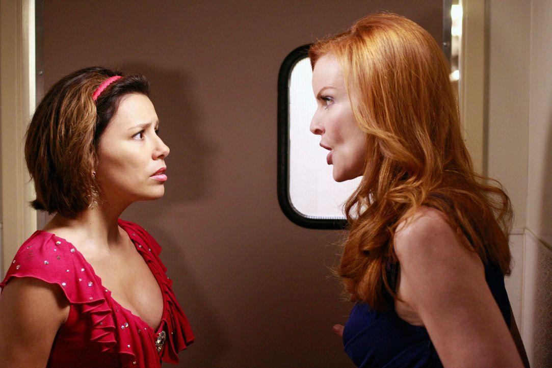 Als Gabrielle (Eva Longoria, r.) von der Party wieder ausgeladen wird, schleicht sie sich durch den Dienstboteneingang ein. Doch Bree (Marcia Cross,... - Bildquelle: ABC Studios