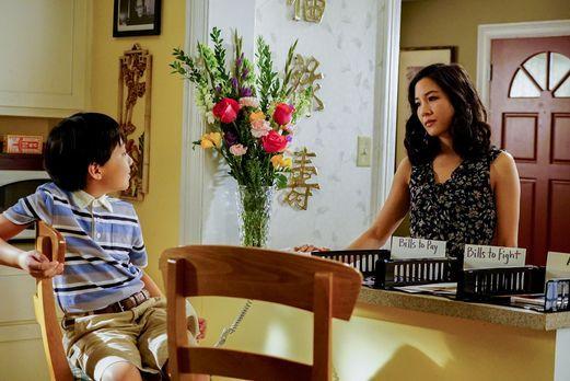 Noch freut sich Jessica (Constance Wu, r.), dass ihr Sohn Evan (Ian Chen, l.)...