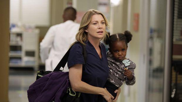 Während Meredith (Ellen Pompeo, l.) Schwierigkeiten hat, sich neben einem auf...