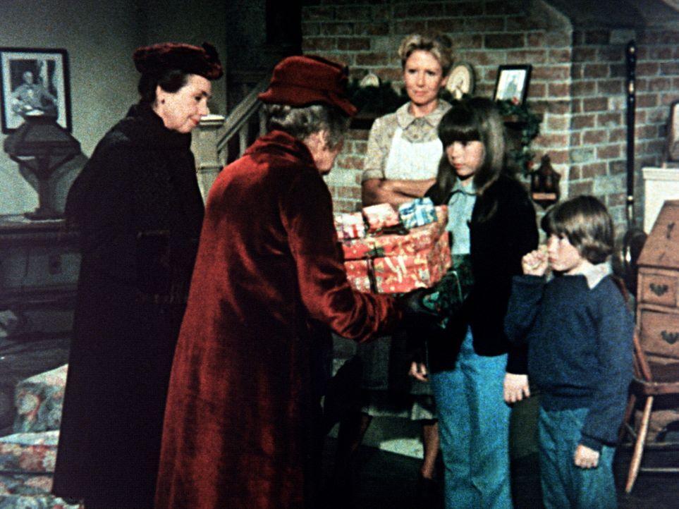 Emily (Mary Jackson, l.) und Mamie (Helen Kleeb, 2.v.l.) bringen ihren Schützlingen Tess (Sally Boyden, 2.v.r.) und Pip (Jeff Cotler) Weihnachtgesch... - Bildquelle: WARNER BROS. INTERNATIONAL TELEVISION