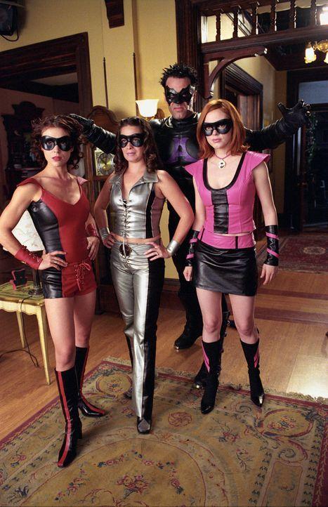 Im Kampf gegen Arnon werden Piper (Holly Marie Combs, M.), Phoebe (Alyssa Milano, l.) und Paige (Rose McGowan, r.) von dem 13-jährigen Kevin in Supe... - Bildquelle: Paramount International Television