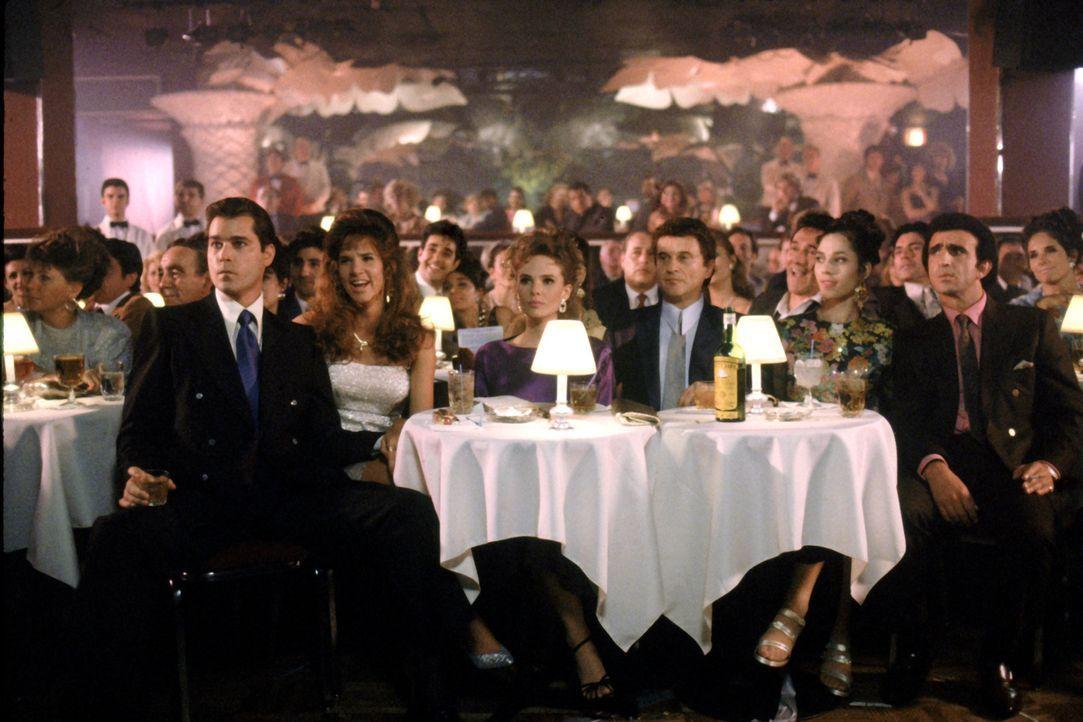 Die Mafia-Familie vereint: Henry Hill (Ray Liotta), Janice Rossi (Gina Mastrogiacomo), Tommy's Freundin @ Copa (Elizabeth Whitcraft), Tommy DeVito (... - Bildquelle: Warner Bros.