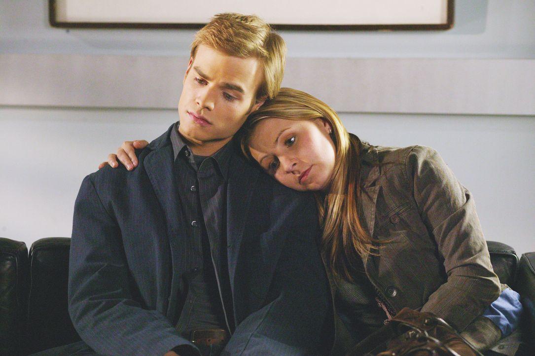 Simon (David Gallagher, l.) und Lucy (Beverley Mitchell, r.) bangen um die Gesundheit der schwangeren Sandy, die kurz vor ihrer Entbindung steht ... - Bildquelle: The WB Television Network