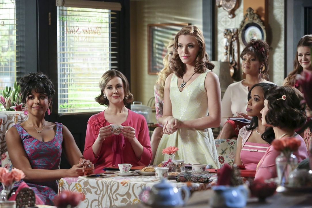 Annabeth (Kaitlyn Black, M.) bekommt ausgerechnet von den Belles ein Angebot, das sie nicht ausschlagen kann ... - Bildquelle: Warner Brothers