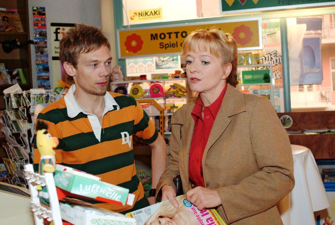Helga (Ulrike Mai, r.) versucht Jürgen (Oliver Bokern, l.) davon zu überzeugen, dass sie als Aushilfe für den Kiosk die geeignete Kraft wäre. Do... - Bildquelle: Sat.1