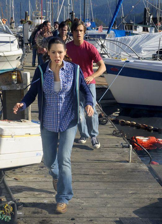 Abby (Elaine Cassidy, vorne) wollte Jimmy (C.J. Thomason, hinten) gerade von der Affäre ihrer Mutter mit Wakefield erzählen, als eine gewaltige Ex... - Bildquelle: 2009 CBS Studios Inc. All Rights Reserved.