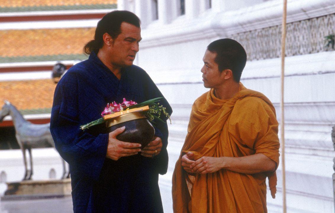 Um seine Tochter zu retten, macht sich der Ex-CIA-Agent Jake Hopper (Steven Seagal, l.) sofort nach Thailand auf. Glücklicherweise steht ihm sein a... - Bildquelle: MGM Home Entertainment